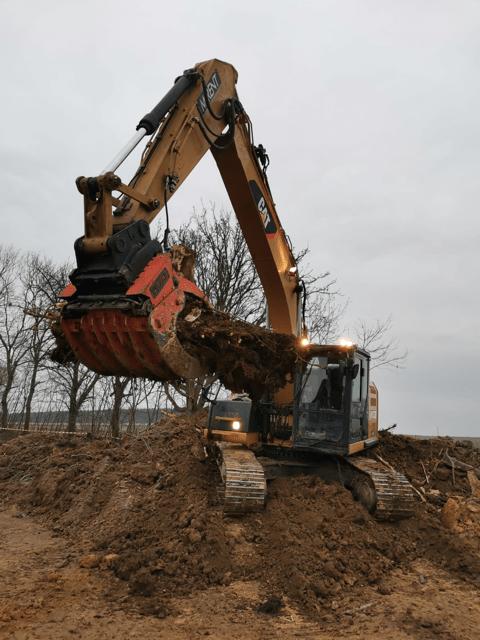 Přídavné zařízení pro čištění ploch po těžbě dřeva